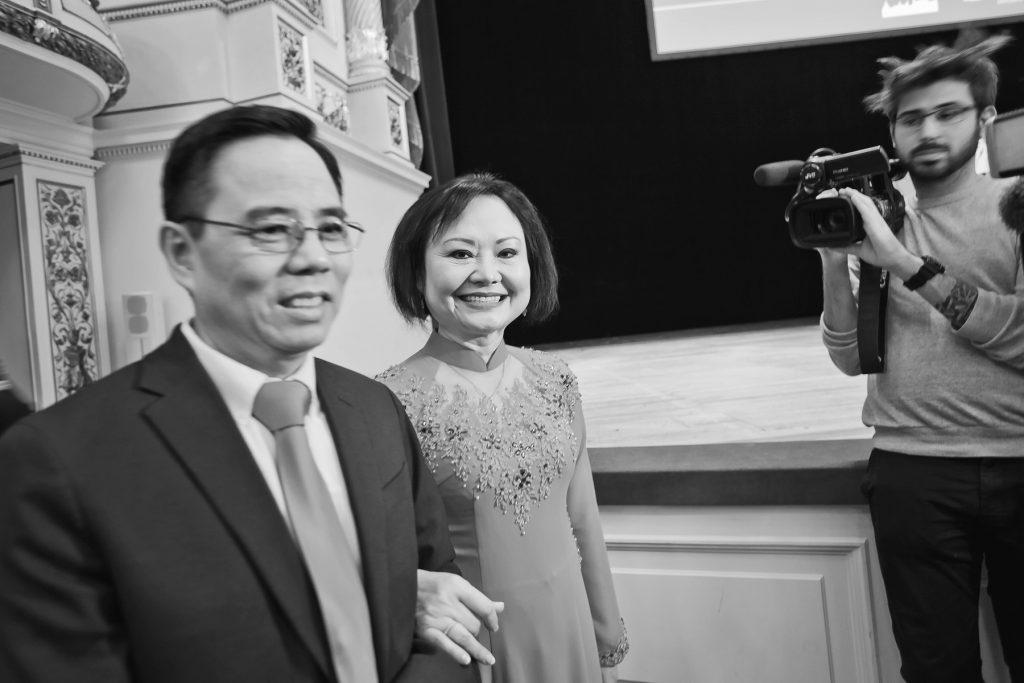 Zur Preisverleihung in der Semperoper Dresden; Kim Phuc Phan Thi (Mitte) und ihr Mann