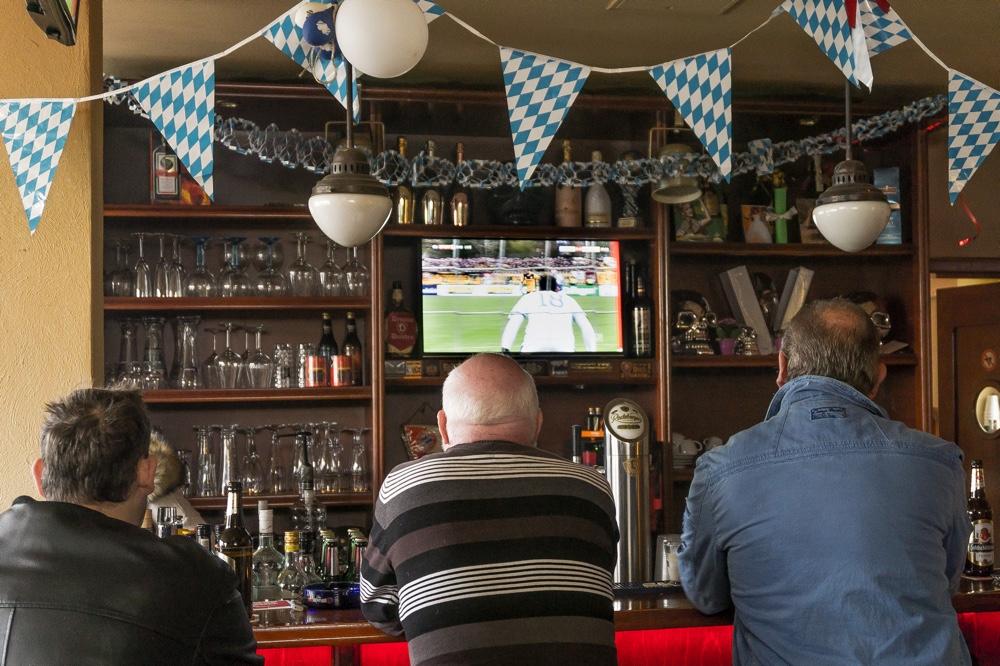 Dresden Altstadt, Acki's Sportsbar. Im Bild die Sportsbar mit 3 Fußball Fans, welche das Spiel auf dem Fernseher schauen Copyright: Reiko Fitzke / rficture.com