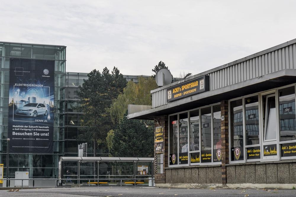 Dresden Altstadt, Acki's Sportsbar. Im Bild die Sportsbar und im Hintergrund die Gläserne Manufaktur von VW Volkswagen Copyright: Reiko Fitzke / rficture.com