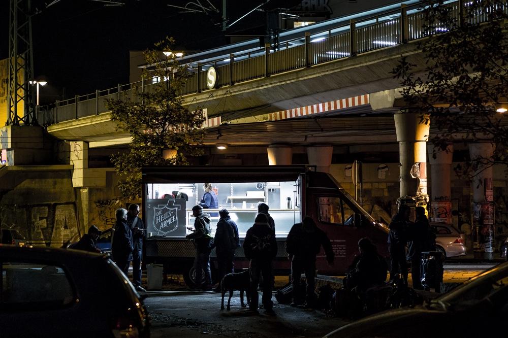 Einsatzwagen der Heilsarmee Dresden Neustadt. Vermutlich obdachlose Menschen bekommen ein warmes Essen Copyright: Reiko Fitzke / rficture.com
