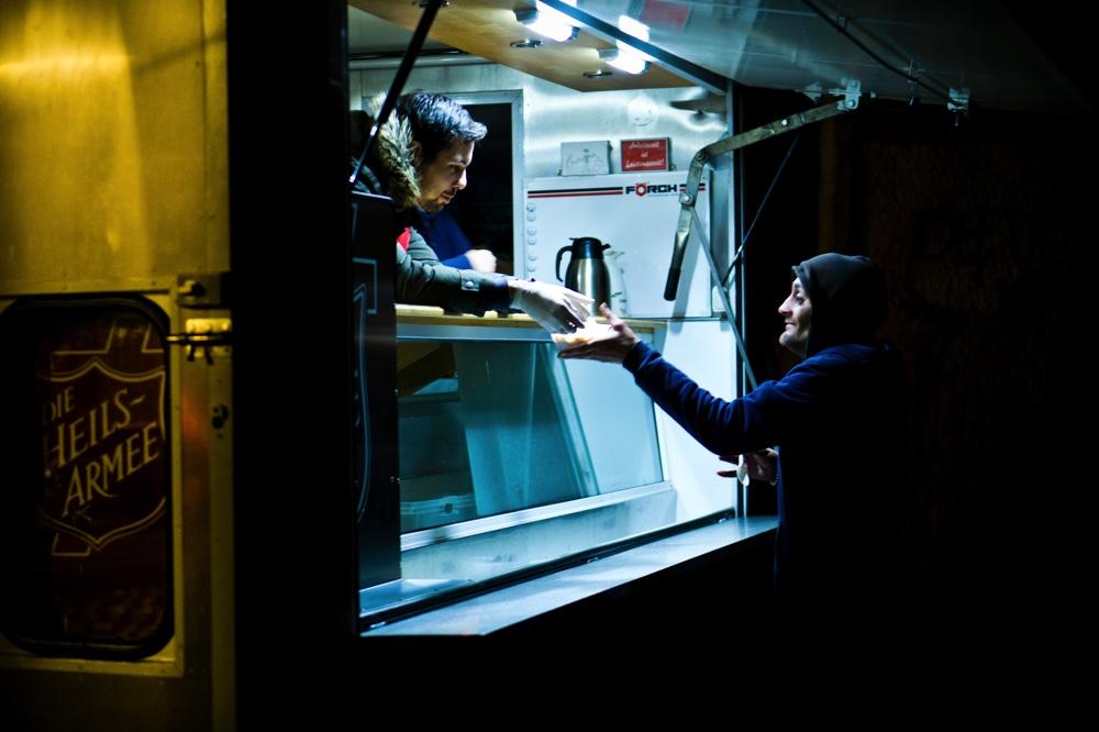 Einsatzwagen der Heilsarmee Dresden Neustadt. Ein vermutlich obdachloser Mann bekommt ein warmes Essen Copyright: Reiko Fitzke / rficture.com