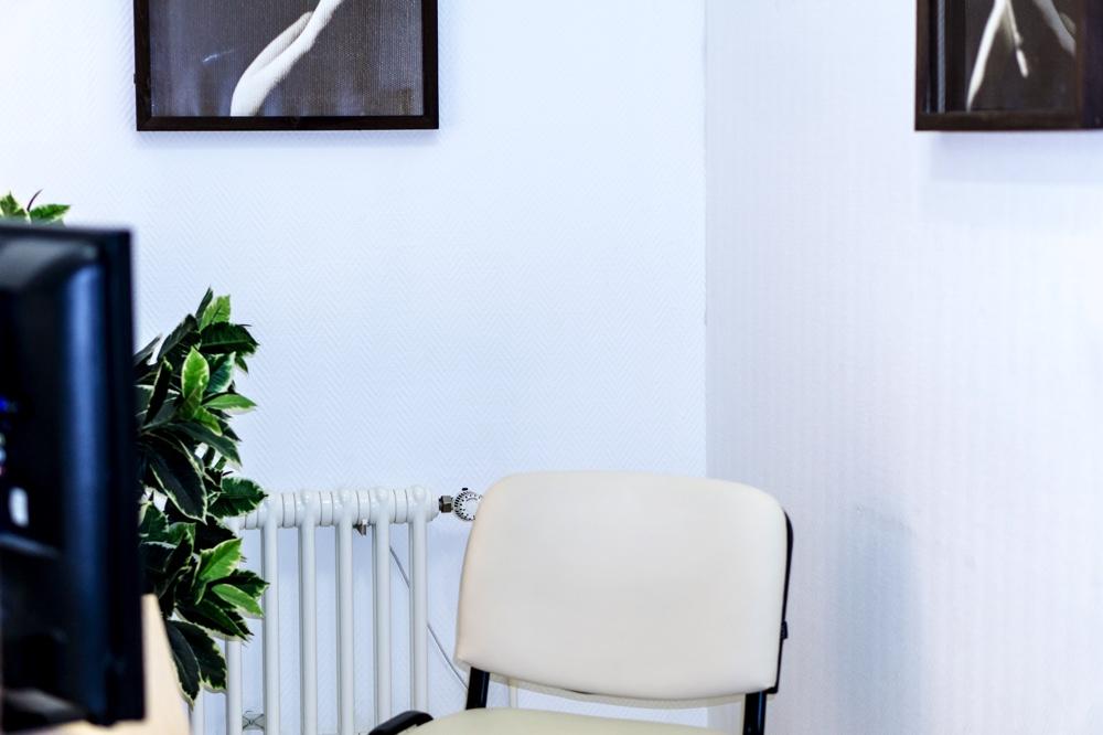 Kinderwunschzentrum Dresden. Blick in das Spenderzimmer. Im Bild ein Fernseher mit einem Pornofilm und ein paar Kopfhörer Copyright: Reiko Fitzke / rficture.com