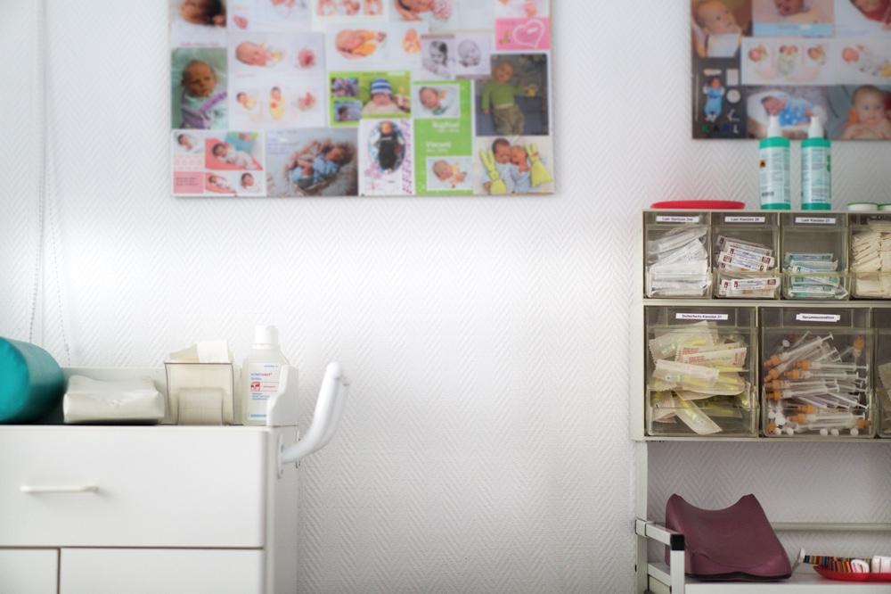 Kinderwunschzentrum Dresden. Blick in das Behandlungszimmer voller Baby Fotos Copyright: Reiko Fitzke / rficture.com